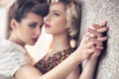 zwei junge Damen Lizenzfreies Stockbild