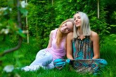 Zwei junge entspannende Frauen Lizenzfreie Stockfotos