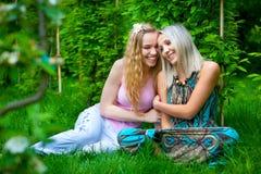 Zwei junge entspannende Frauen Lizenzfreies Stockfoto