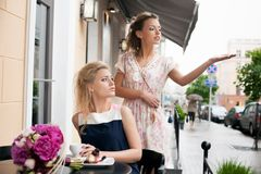 Zwei junge Frauen lizenzfreies stockbild