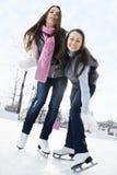 Zwei junge Frauen auf Eisbahn lizenzfreie stockfotos