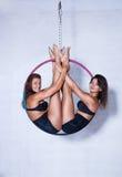 Zwei junge Frauen auf Ring stockfotografie