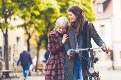 Zwei junge Frauen, die in Berlin gehen Lizenzfreie Stockbilder