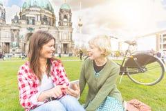 Zwei junge Frauen, die in Berlin sich entspannen lizenzfreie stockfotografie