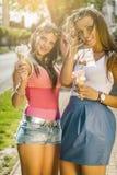 Zwei junge Frauen, die Eiscreme essen Stockfoto