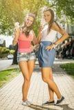 Zwei junge Frauen, die Eiscreme essen Lizenzfreies Stockfoto