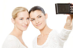 Zwei junge Frauen, die Fotos machen lizenzfreie stockfotos