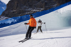 Zwei junge Frauen, die in Skifahren reiten Stockfoto