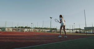 Zwei junge Frauen, die Tennisaußenseite auf dem Tennisplatz, sonnigen Tag spielen 4K stock video footage