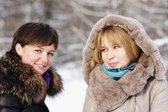 Zwei junge Frauen am eisigen Tag lizenzfreies stockbild