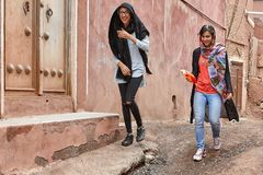 Zwei junge Frauen im Bergdorf, Abyaneh, der Iran Stockfotografie