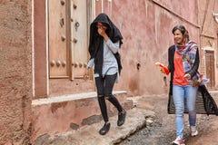 Zwei junge Frauen im traditionellen Dorf, Abyaneh, der Iran Stockbild