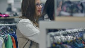 Zwei junge Frauen kaufen im Geschäft, warme Kleidung wählend stock video footage