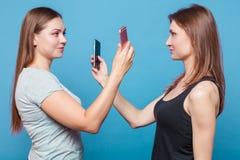 Zwei junge Frauen machen das Foto von eath anderes lizenzfreie stockfotos