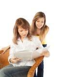 Zwei junge Frauen mit einem Album Stockbilder