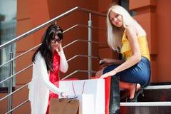 Zwei junge Frauen mit Einkaufenbeuteln Stockfoto