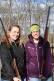 Zwei junge Frauen mit Gewehren an der Wurfscheibenschießenstrecke Stockfotos
