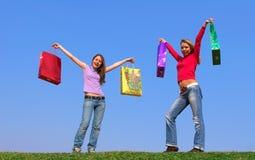 Zwei junge Frauen mit Paketen Stockbild