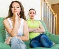 Zwei junge Frauen nach Streit zu Hause Lizenzfreie Stockfotos