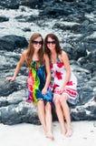 Zwei junge Frauen am Strand Lizenzfreie Stockfotos