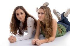 Zwei junge Freunde, die an der Kamera aufwerfen Stockbild