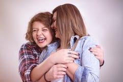 Zwei junge Freundinnen, die Spaß und das Lächeln haben Lizenzfreie Stockfotografie