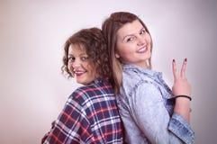 Zwei junge Freundinnen, die Spaß und das Lächeln haben Lizenzfreies Stockbild