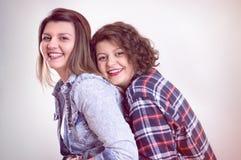 Zwei junge Freundinnen, die Spaß und das Lächeln haben Stockbilder