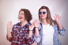 Zwei junge Freundinnen, die zusammen stehen und Spaß haben vertretung Lizenzfreie Stockbilder