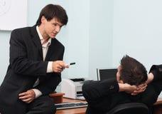 Zwei junge Geschäftsmänner, die eine Diskussion haben Lizenzfreie Stockbilder