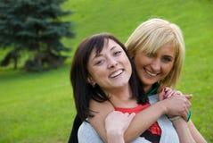 Zwei junge glückliche Mädchen Stockbilder