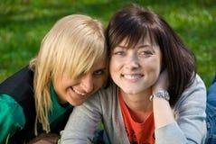 Zwei junge glückliche Mädchen Stockfotos