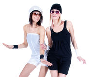 Zwei junge hübsche Frauen, die mit Sonnenbrillen aufwerfen Stockfoto