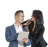 Zwei junge hübsche Geschäftsleute, die mit digitaler Tablette arbeiten Lizenzfreie Stockbilder