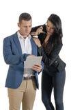 Zwei junge hübsche Geschäftsleute, die mit digitaler Tablette arbeiten Stockbilder