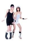 Zwei junge hübsche Frauen, die mit Sonnenbrillen aufwerfen Stockbild