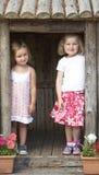 Zwei junge Kinder, die zusammen an Montessori/spielen Stockbild