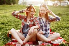 Zwei junge lächelnde Hippie-Mädchen, die Spaß haben Lizenzfreies Stockbild