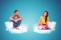 Zwei junge Leute, die auf couds sitzen und stillstehen stockfotos