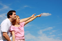 Zwei junge Leute, die Finger zeigen Lizenzfreie Stockfotos