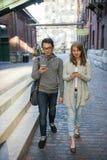 Zwei junge Leute mit intelligenten Telefonen Lizenzfreies Stockbild