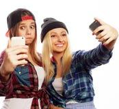 Zwei junge lustige Frauen Lizenzfreie Stockfotos