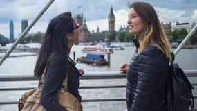Zwei junge Mädchen auf einem Sightseeing-Tour durch London Stockfotos