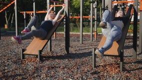 Zwei junge Mädchen auf einem Sportfeld stock video
