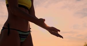 Zwei junge Mädchen, die hohe fives nach Volleyballmatch geben, stock footage