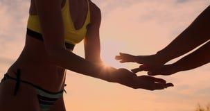 Zwei junge Mädchen, die hohe fives nach Volleyballmatch geben, stock video footage