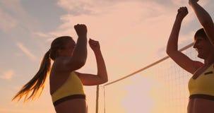 Zwei junge Mädchen, die hohe fives nach Volleyballmatch geben, stock video