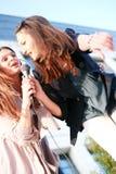 Zwei junge Mädchen, die Karaoke singen Lizenzfreie Stockfotografie