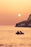 Zwei junge Mädchen entspannen sich auf ihrem aufblasbaren und genießen den Sonnenuntergang Stockfoto