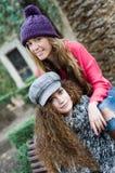 Zwei junge Mädchen mit bunter Winterkleidung lizenzfreies stockbild